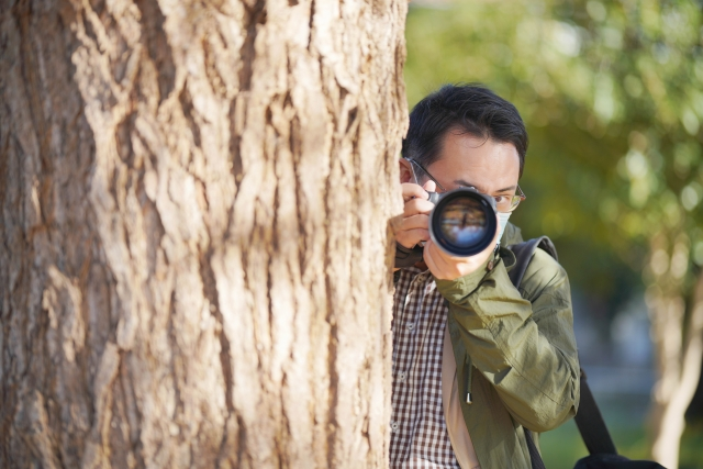 写真を隠し撮りする探偵